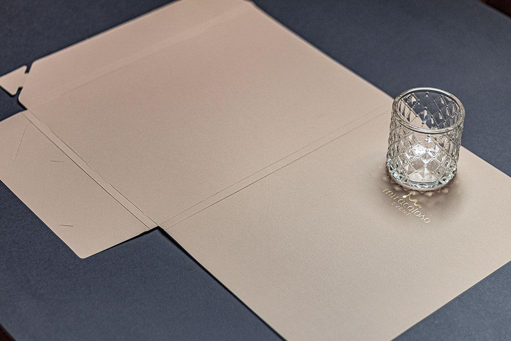Céges mappa aranyozott logóval, már meglévő vagy egyedi stancformával, különleges papírokból, akár kis példányszában is