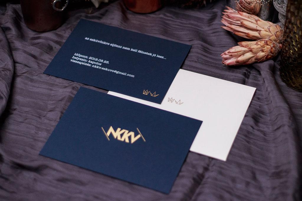 Két színnel prégelt tiszteletjegy kétféle szövegváltozatban fehér és kraft kartonra nyomva, arany és fekete kombinációban optimalizált áron